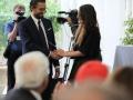 Il segretario dell'Associazione degli ex allievi della Scuola consegna la borsa di studio, intitolata a Nunzio Bassi, a Elena Frasconi