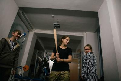 """Tre giovani scherzano all'interno dell palazzo occupato delle """"Trade Union"""""""
