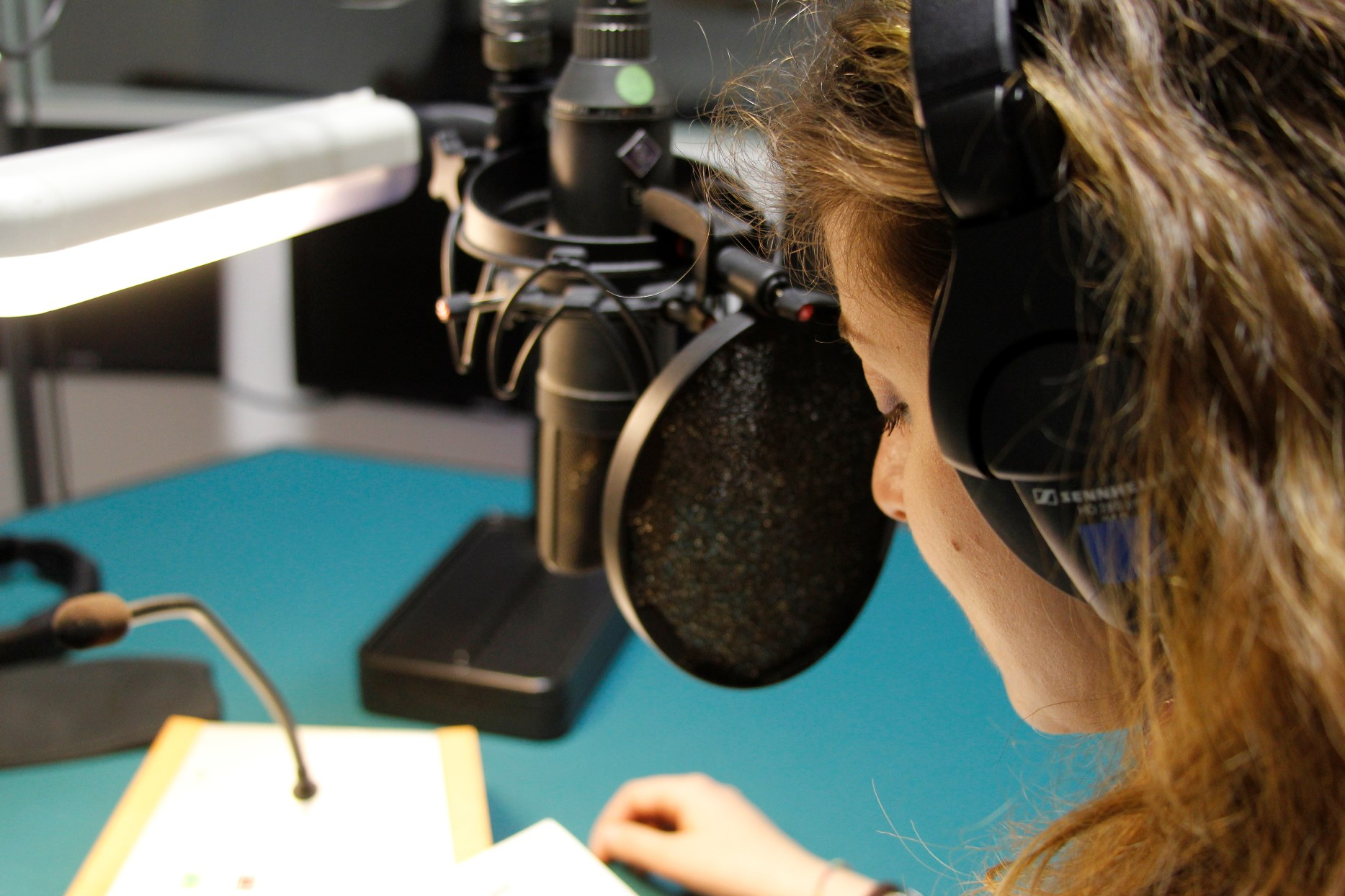 Un microfono dello studio radio