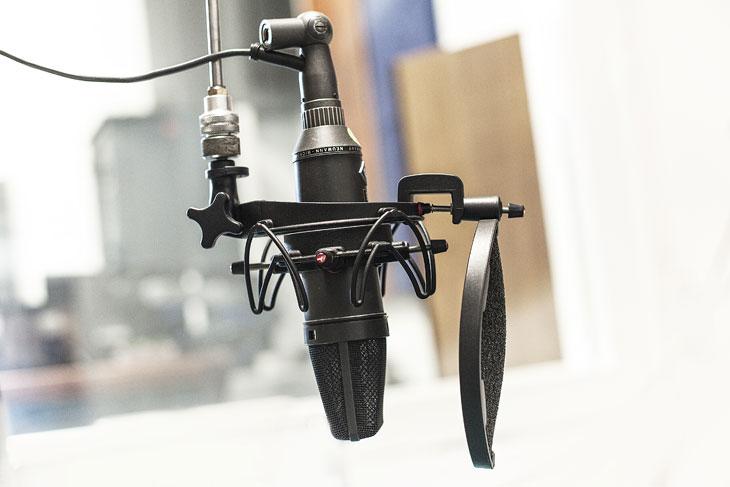 Uno dei microfoni dello studio radio