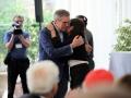 Pierluigi Camilli consegna la borsa di studio, intitolata al figlio Simone, a Cristiana Mastronicola